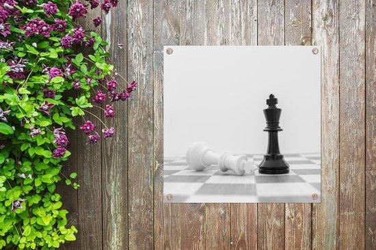 De witte en zwarte koning van schaken tuinposter 50x50 cm - klein - Tuindoek / Buitencanvas / Schilderijen voor buiten (tuindecoratie)