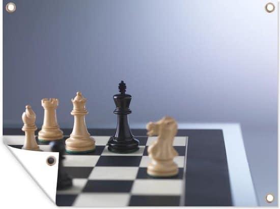De witte kant is in de meerderheid tijdens het schaken tuinposter 80x60 cm - Tuindoek / Buitencanvas / Schilderijen voor buiten (tuindecoratie)