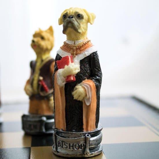Luxe schaakset - Handbeschilderde honden vs katten schaakstukken + zwart / goud schaakbord met opbergbox (+ backgammon) - 35 x 35 cm